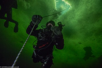 Dropping down from the Minor in the ice, whilst ice diving in Russia Rebreatherpro-Training