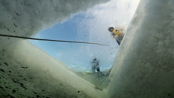 Photo looking up out of the water through the minor whilst ice diving. Rebreatherpro-Training