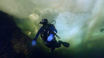 Randy McNalley under the ice in The White Sea Russia. Rebreatherpro-Training
