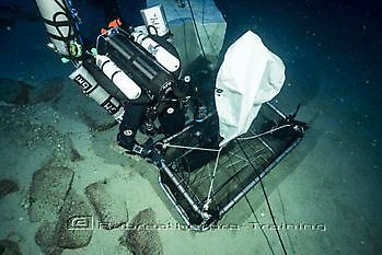 Diver loading the Amphora into the basket Rebreatherpro-Training